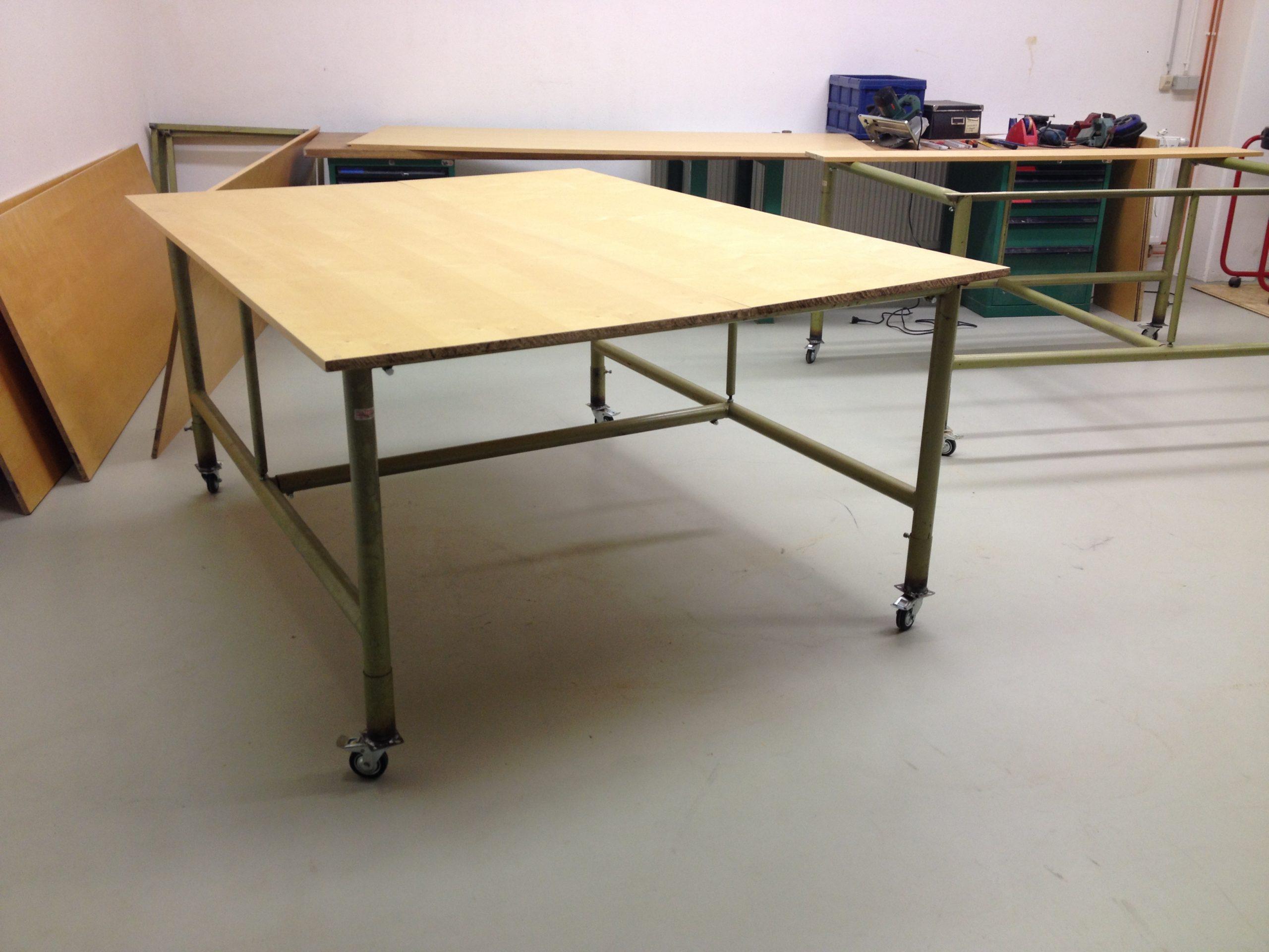 Der erste große Arbeitstisch ist fertig und rollbar. Auf 200 x 150 cm ist viel Platz für eine oder mehrere Personen.