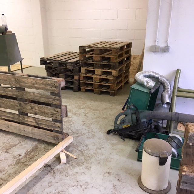 Der Bau der Regale beginnt.