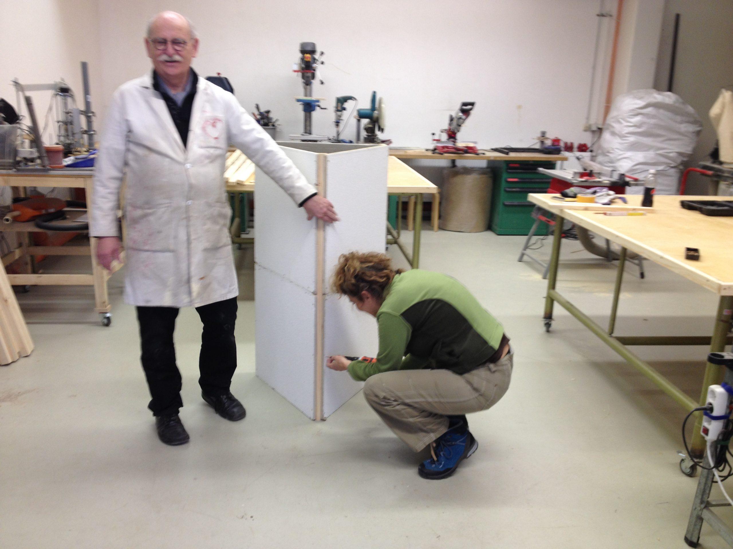 Angelika und Holger bauen die vorbereiteten Teile zusammen.