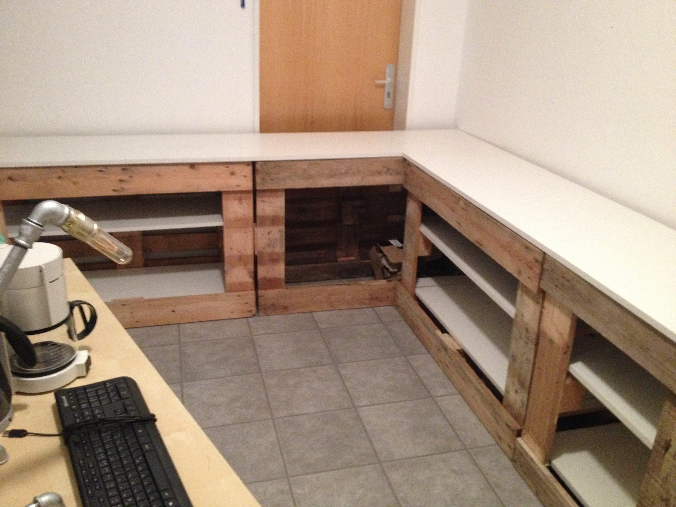 Unser Elektronikraum mit Einbauschränken aus Paletten.