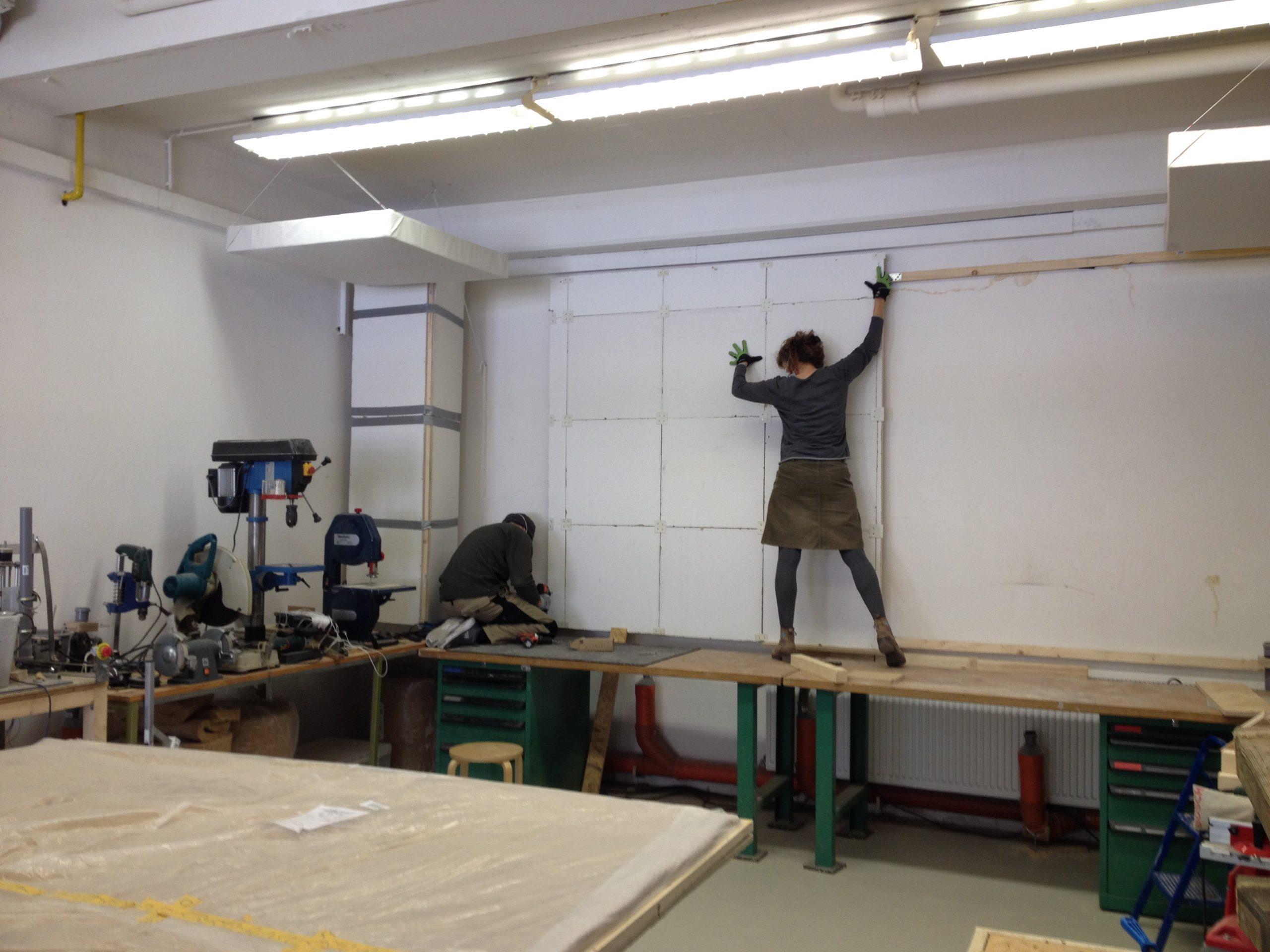 Angelika rückt die vorgebauten Teile an die richtige Stelle.